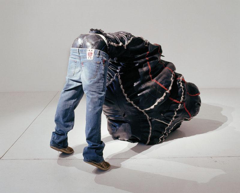 Afrikanske Nicholas Hlobo arbejder i grænselandet mellem skulptur og street art. Han er pågående og provokerende. På udstillingen på Gl. Holtegaard visesNdiyafana fra 2006. Foto: Gl. Holtegaard.